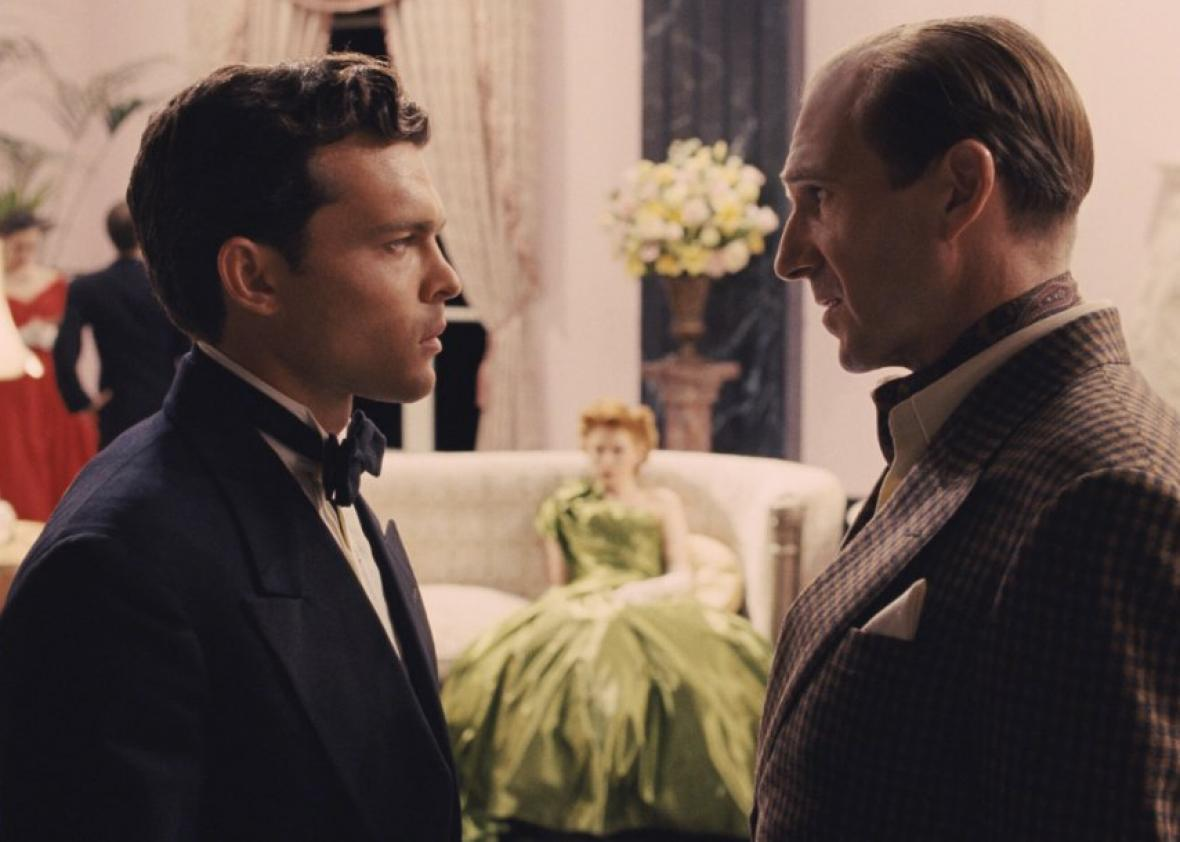 Hobie Doyle (Alden Ehrenreich) and Laurence Laurentz (Ralph Fiennes) in Hail, Caesar!