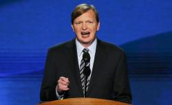 Campaign Manager Jim Messina speaks on stage.