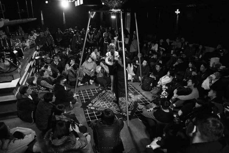 A bondage demonstration in front of an audience in Tianjin.