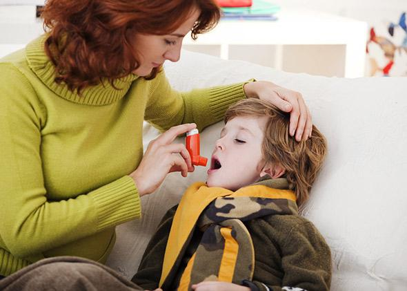 Parent and child with inhaler.