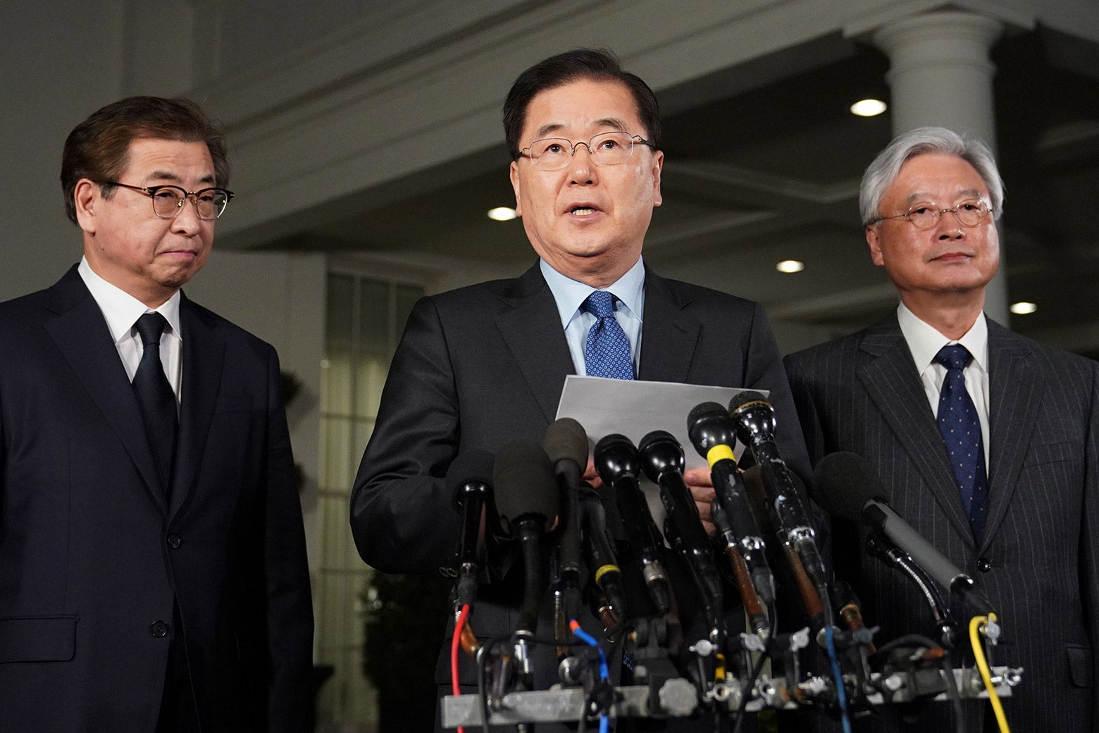 South Korean National Security Advisor Chung Eui-yong (C), flanked by South Korea National Intelligence Service chief Suh Hoon (L) and South Korea's ambassador to the United States Cho Yoon-je (R), briefs reporters outside the West Wing of the White House on Mar. 8, 2018 in Washington, DC, announcing North Korean leader Kim Jong Un has offered to meet US President Donald Trump.
