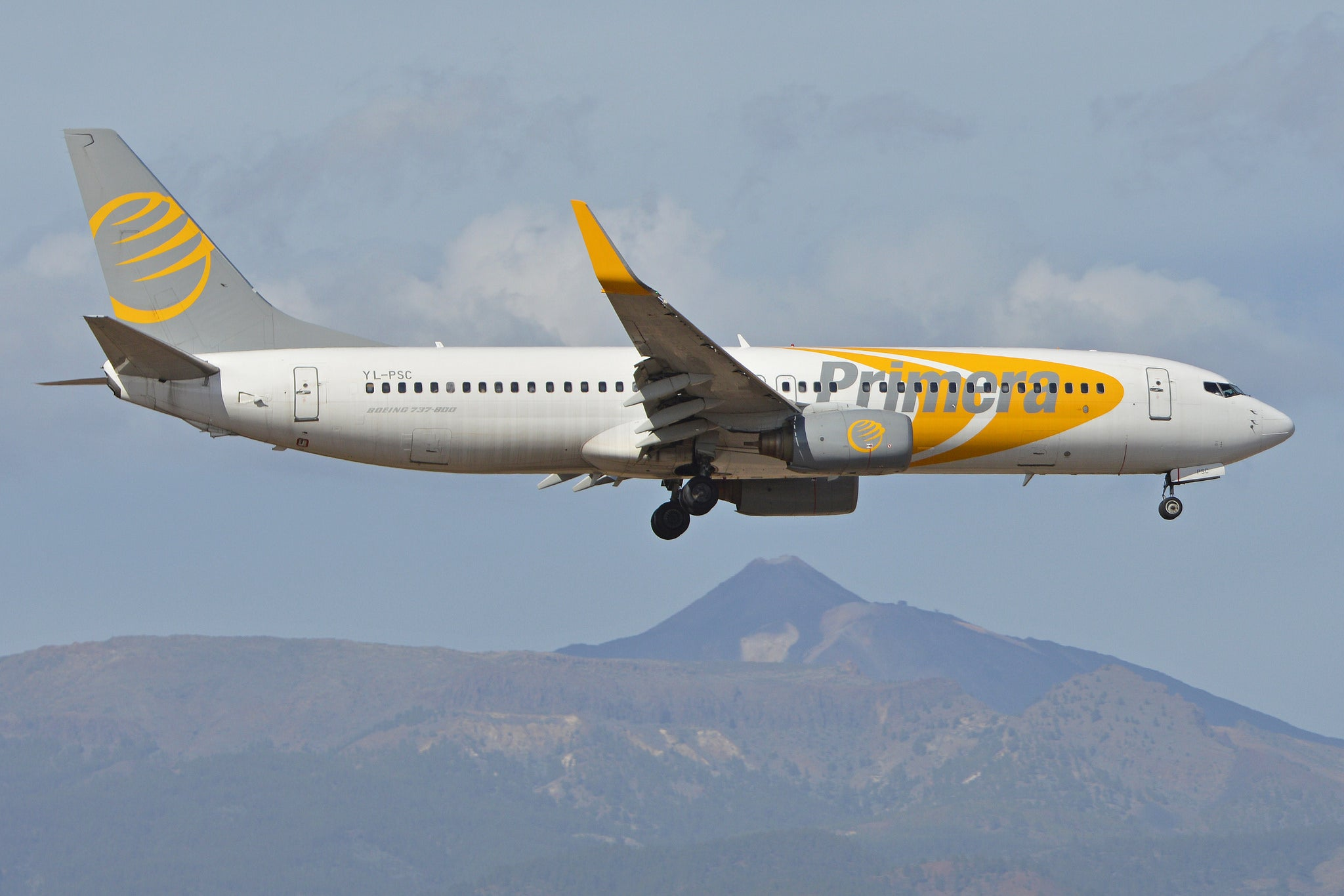 A Primera Air Boeing 737 lands in the Canary Islands.