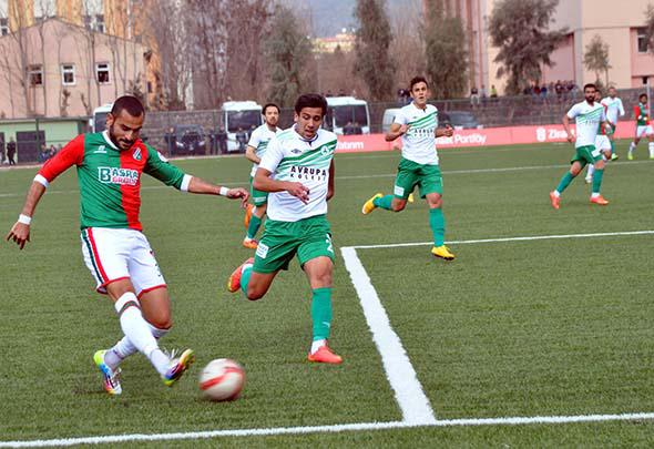 Cizrespor's Serkan Yilmaz (left) attempts to center the ball against Giresunspor's defense during the first half of their Turkish Cup match.