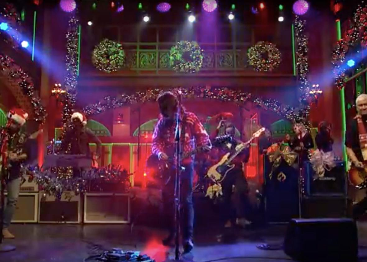 Foo Fighters Snl Christmas.Dave Grohl Who Used To Be In Nirvana Plays Christmas