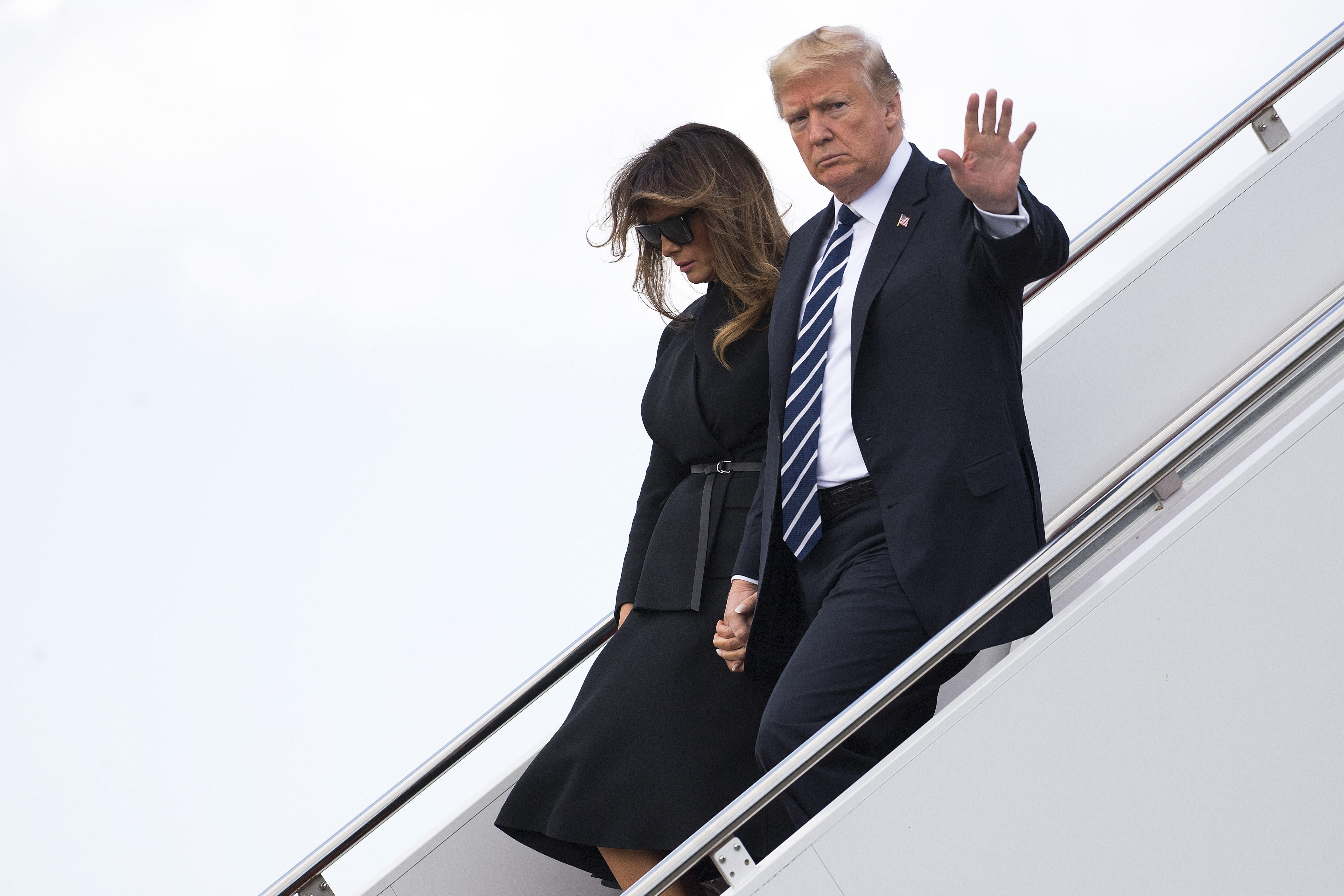President Donald Trump and First Lady Melania Trump walk off Air Force One as they arrive in West Palm Beach, Florida, on March 2, 2018. / AFP PHOTO / JIM WATSON