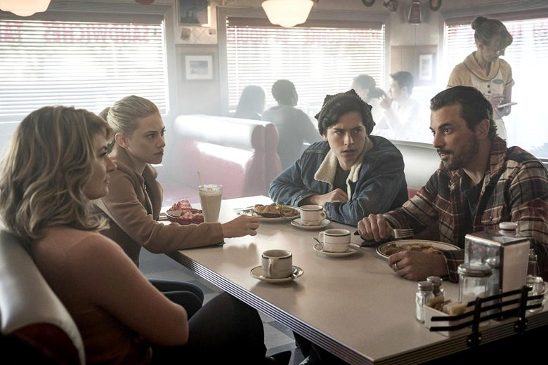 Mädchen Amick, Lili Reinhart, Cole Sprouse, and Skeet Ulrich in Riverdale.