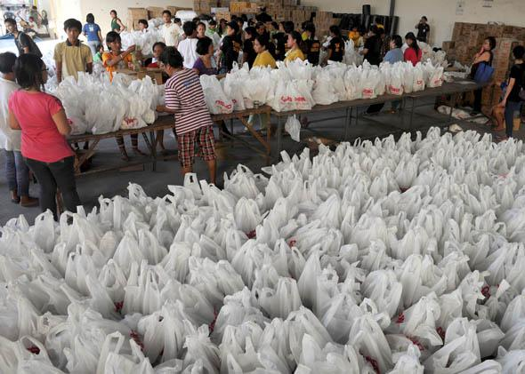 Volunteers repack relief goods at the Department of Social Welfare and Development (DSWD) in Manila on November 14, 2013, for victims of Super Typhoon Haiyan that smashed into coastal communities on the central Philippine November 8.