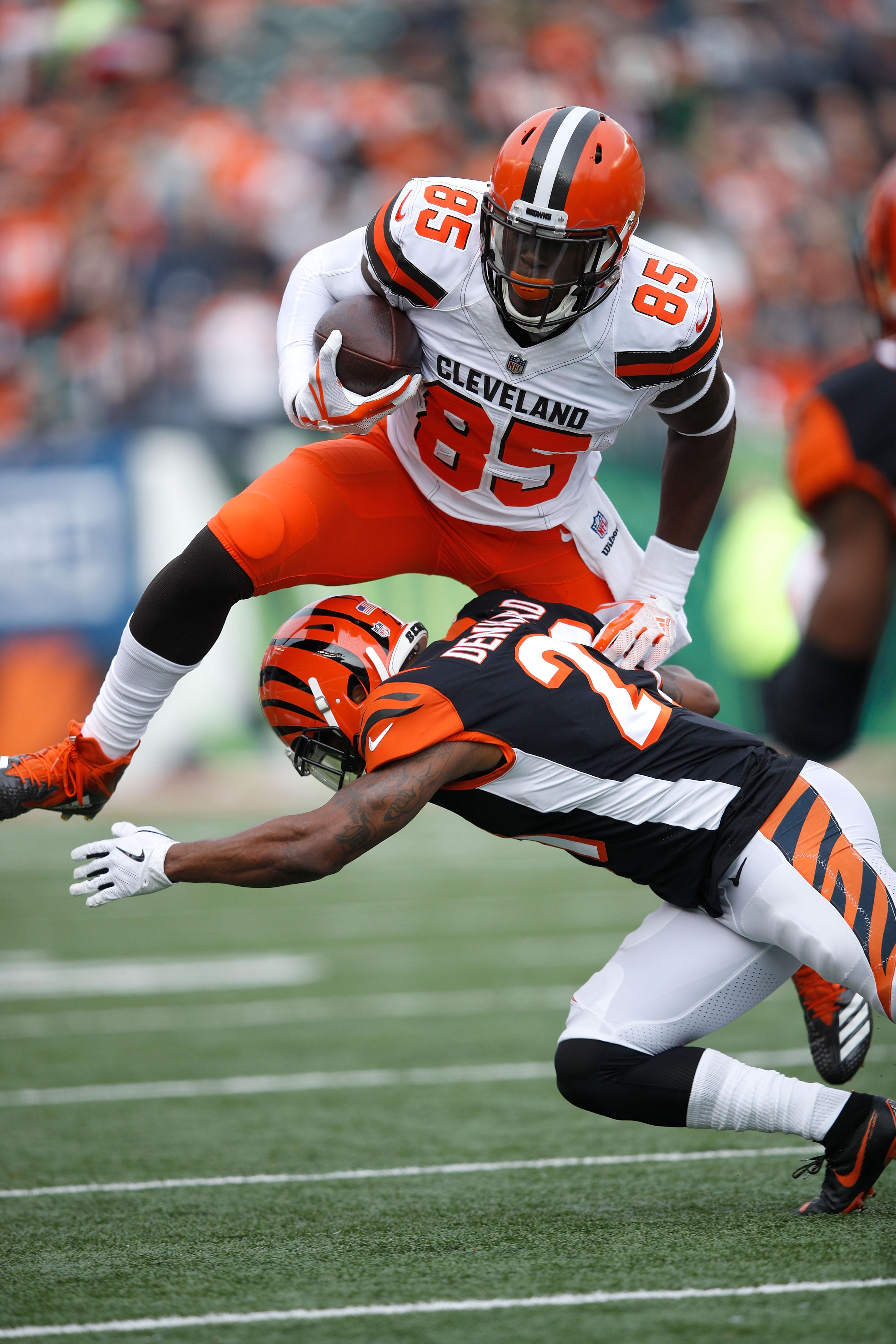 CINCINNATI, OH - NOVEMBER 25:  David Njoku #85 of the Cleveland Browns attempts to hurdle Darqueze Dennard #21 of the Cincinnati Bengals during the first quarter at Paul Brown Stadium on November 25, 2018 in Cincinnati, Ohio. (Photo by Joe Robbins/Getty Images)
