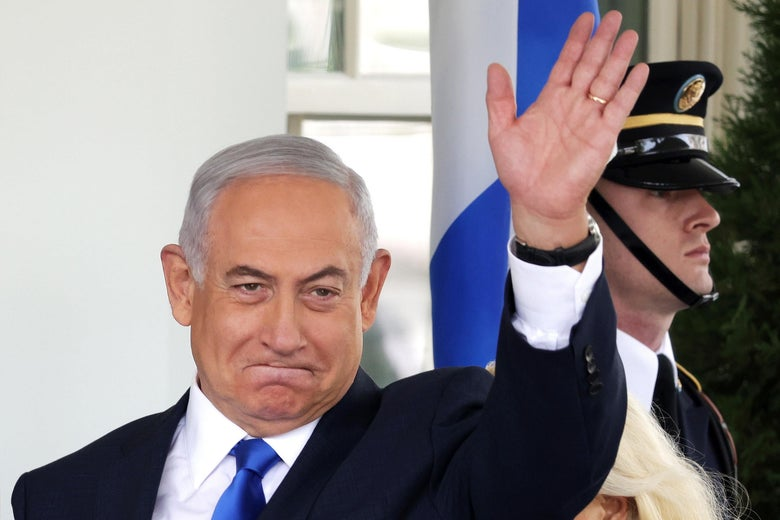 Netanyahu waving, standing in front of the West Wing