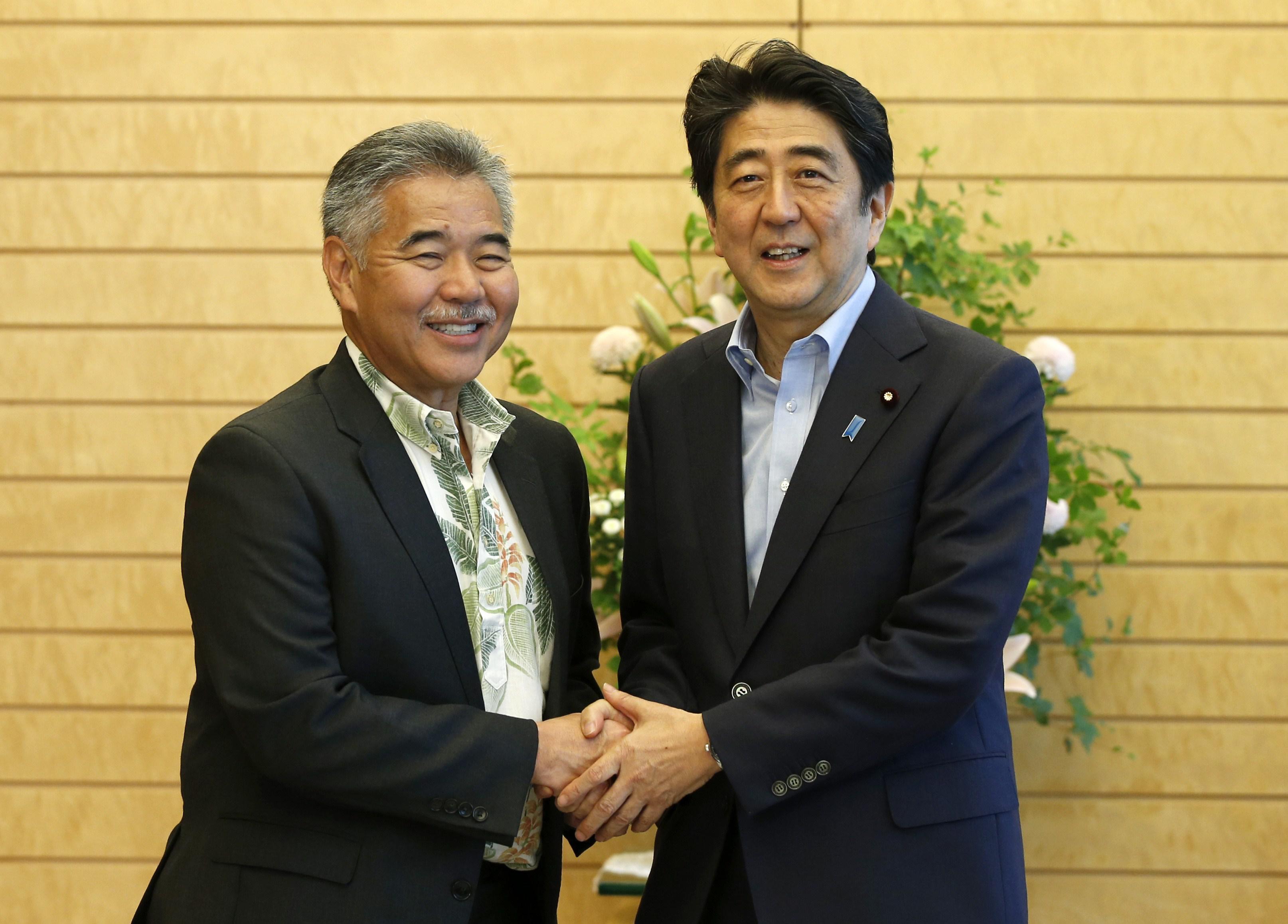 David Ige shakes hands with Shinzo Abe.