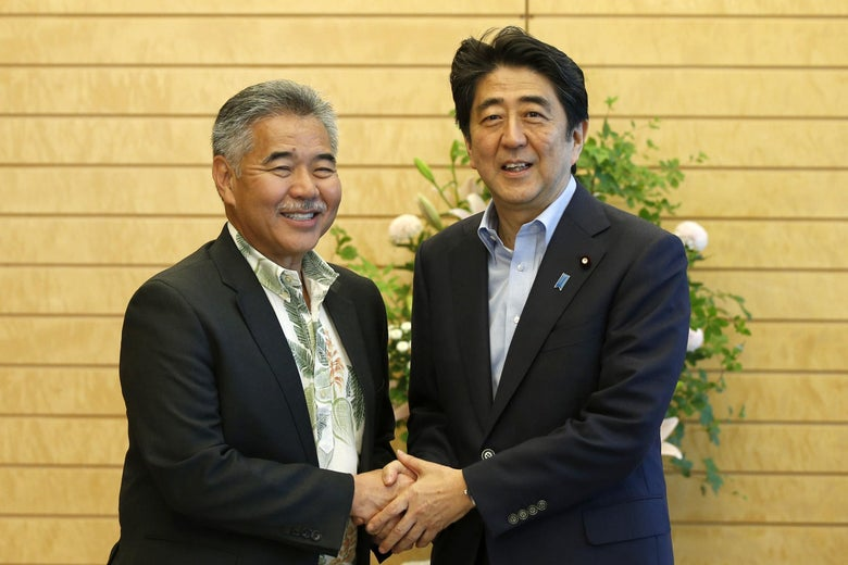David Ige shakes hands with Shinzo Abe.