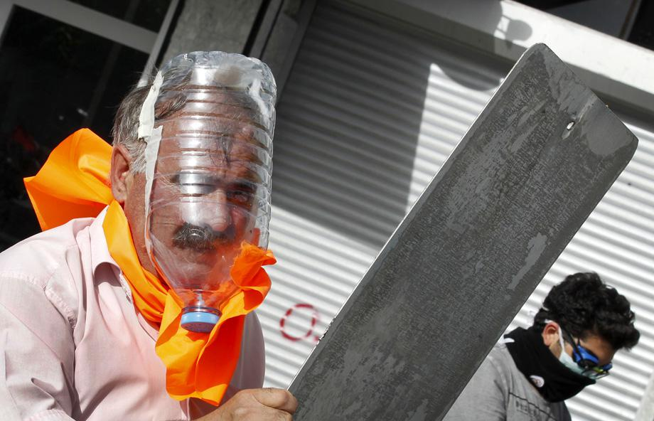 A demonstrator wears a gas mask made out of a plastic water bottle during a protest against Turkey's Prime Minister Tayyip Erdogan and his ruling AK Party in central Ankara June 2, 2013.