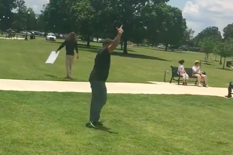 """A demonstrator warns of a gun with his fingers pointed up in the air, as the man accused of branding a gun away from the protest. """"srcset ="""" https://compote.slate.com/images/eaa0735a-0f11-44a8-af0d-ba6d6cdd23c7.png?width=780&height=520&rect=471x314&offset=0x20 1x, https://compote.slate.com/images /eaa0735a-0f11-44a8-af0d-ba6d6cdd23c7.png?width=780&height=520&rect=471x314&offset=0x20 2x"""