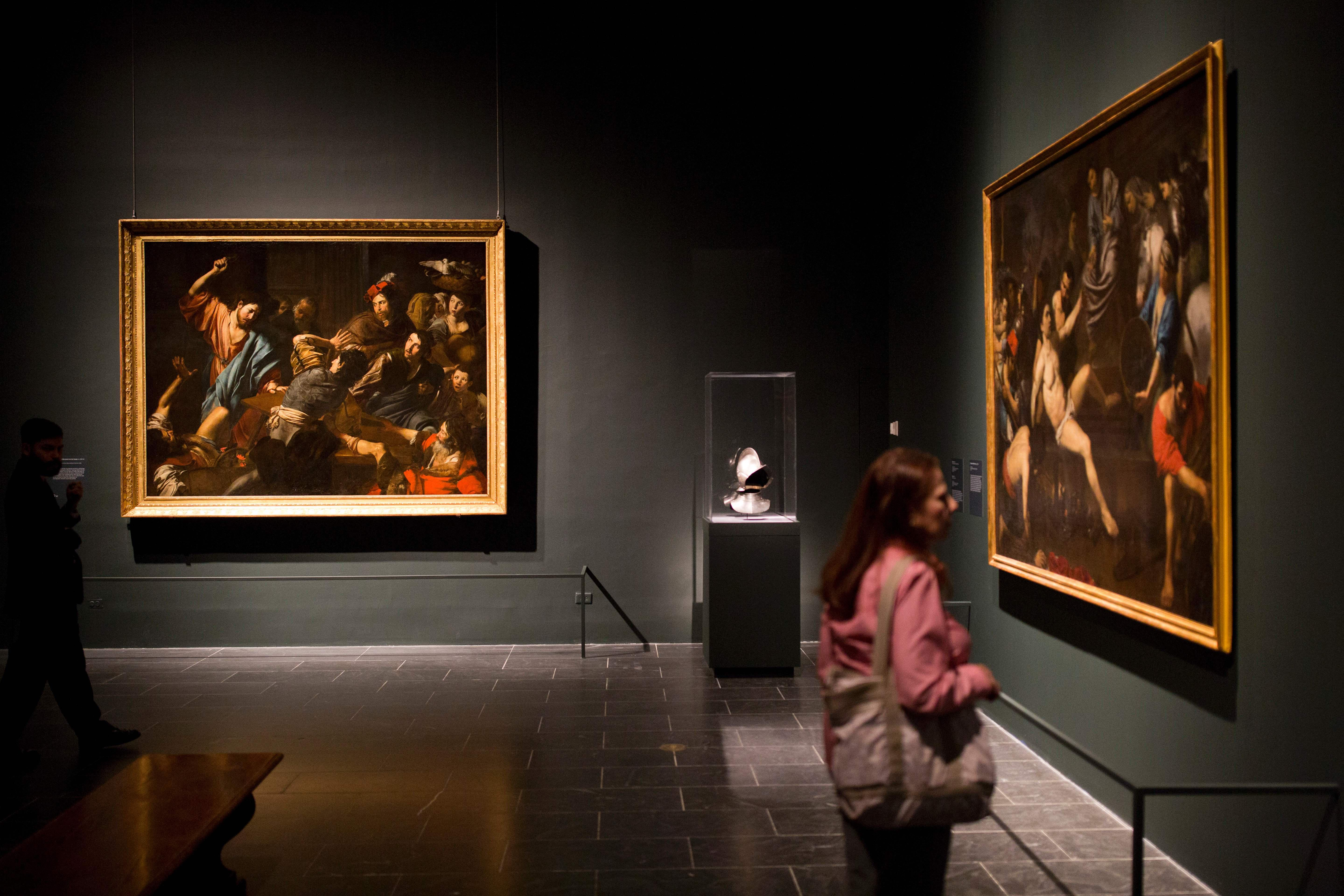 Visitors preview an exhibit of French painter Valentin de Boulogne at the Metropolitan Museum, October 5, 2016, in New York. / AFP / DOMINICK REUTER / RESTRICTED TO EDITORIAL USE - MANDATORY MENTION OF THE ARTIST UPON PUBLICATION - TO ILLUSTRATE THE EVENT AS SPECIFIED IN THE CAPTION        (Photo credit should read DOMINICK REUTER/AFP/Getty Images)