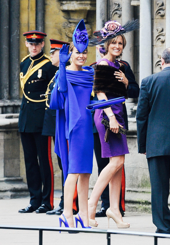 Tara Palmer-Tomkinson's blue dress, heels, bag, and gloves match her blue fascinator.