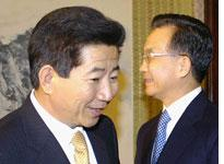South Korean President Roh Moo-hyun (left) and Chinese Premier Wen Jiabao. Click image to expand.