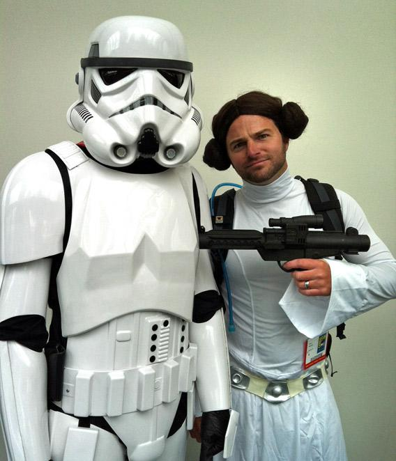 Two Comic Con enthusiasts dressed up as a Star Wars Stormtrooper and Princess Leia.